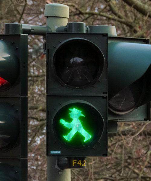 Caratteristici sono i semafori pedonali in Berlino a forma di persona con il cappello